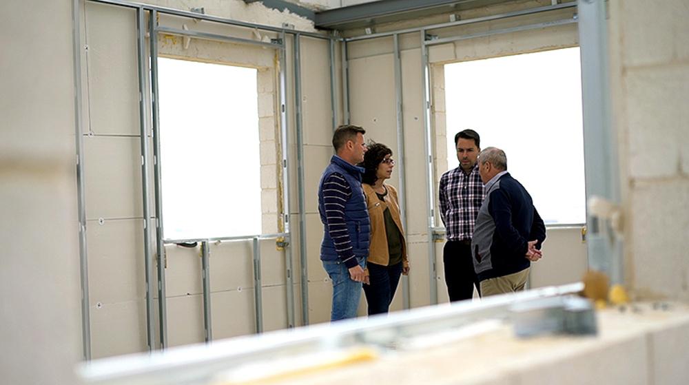 Fernando y sus hijos Israel, Esther y David, en las instalaciones de la empresa.