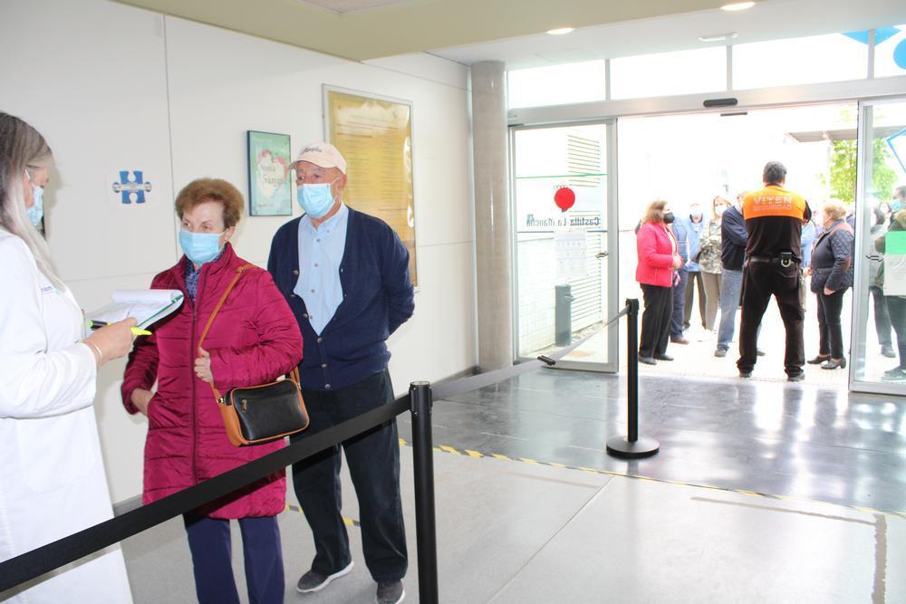 Entrada de vecinos de la Zona Básica de Salud de Tarancón para recibir la vacuna en el CEDT.