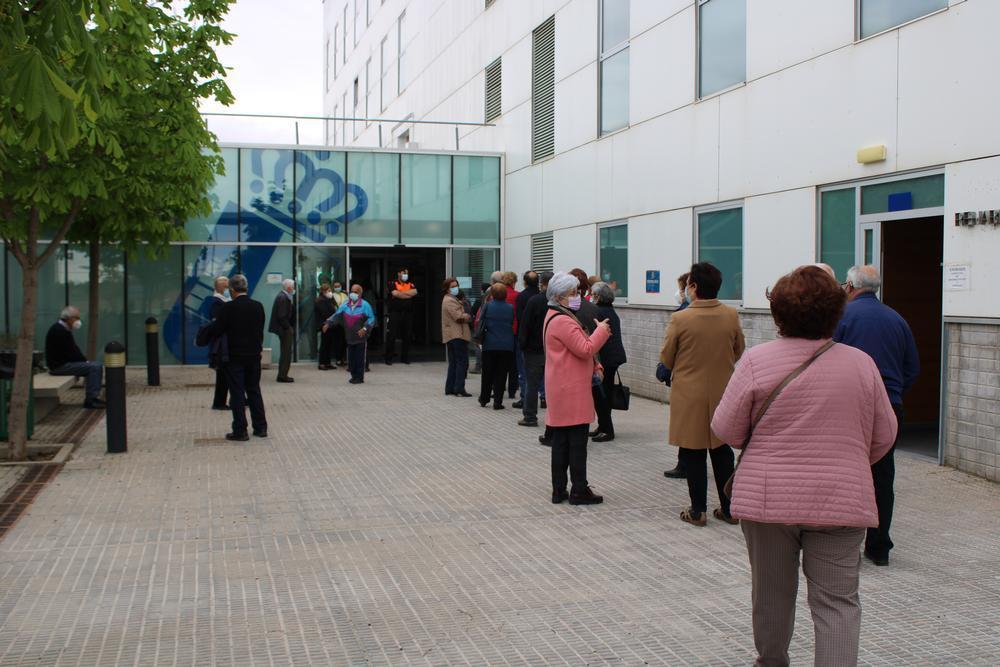 Imagen del exterior del CEDT de Tarancón el jueves por la tarde durante una de las jornadas de vacunación contra la Covid-19.
