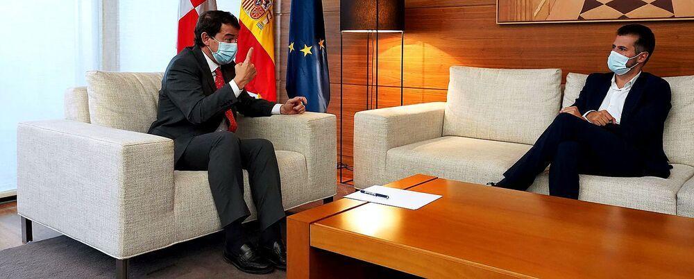 El presidente de la Junta, Fernández Mañueco, se reunió con el líder socialista, Luis Tudanca, al concluir el pleno.