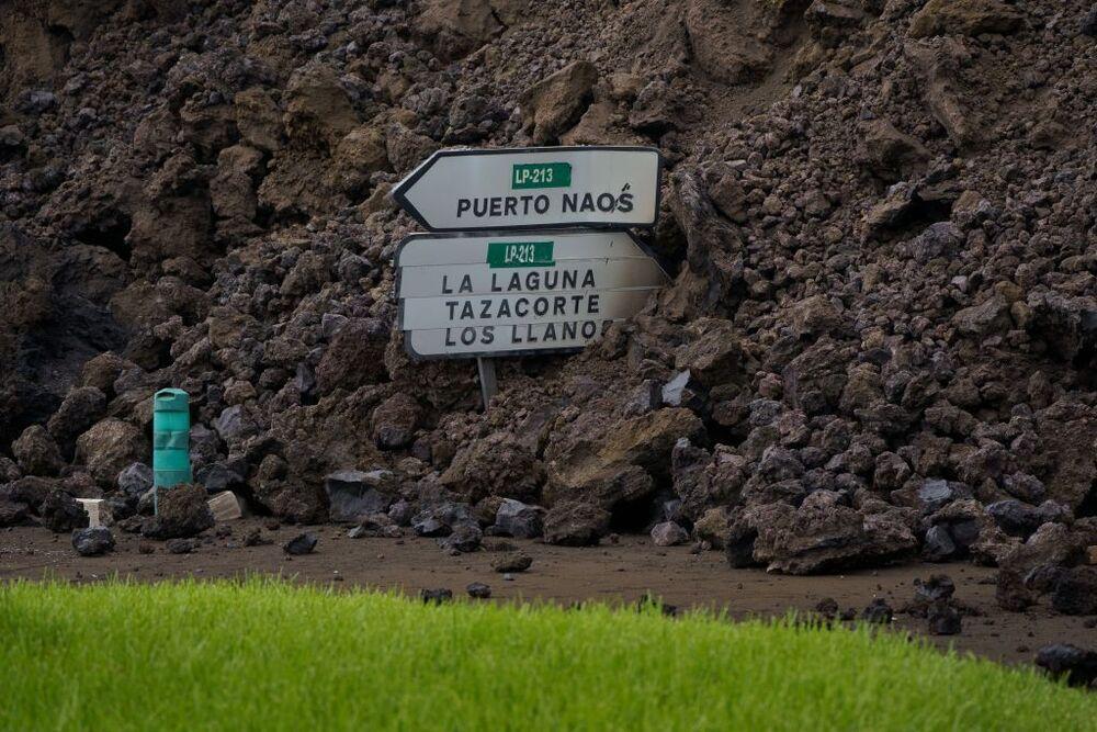 La colada de lava ha llegado este miércoles al pueblo de Todoque, derribando todo lo que se interpone en su camino