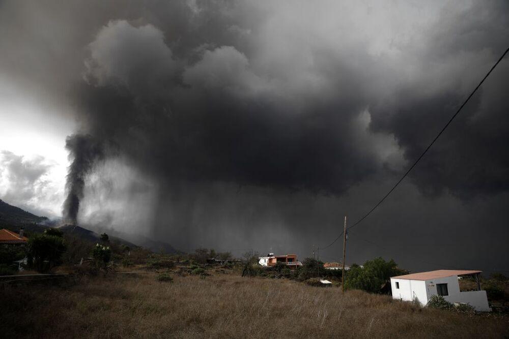 Las primeras simulaciones realizadas sobre la trayectoria de la nube de ceniza y dióxido de azufre que expulsa el volcán podría llegar a la península ibérica a partir de este jueves