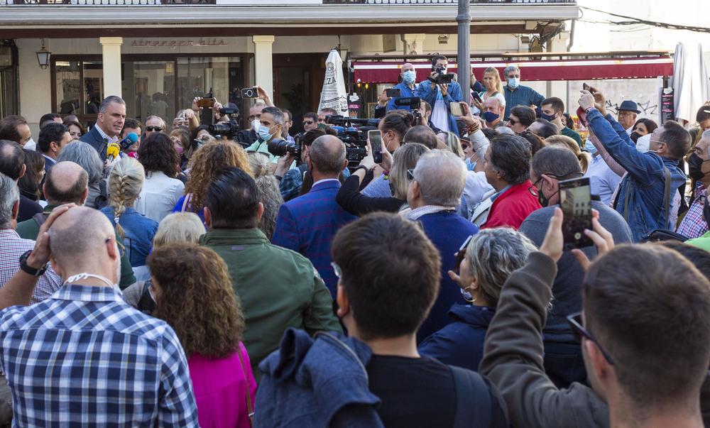 Decenas de personas acompañaron a Ortega Smith en la plaza Mayor de Ciudad Real.