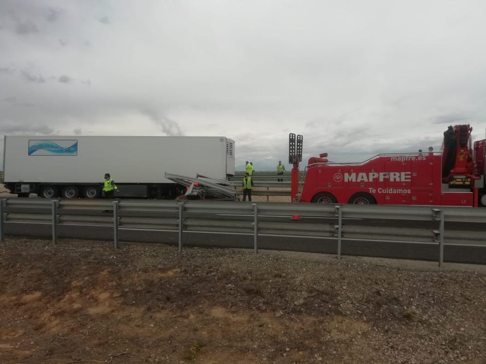 Fotografía del camión que se salió de la vía.