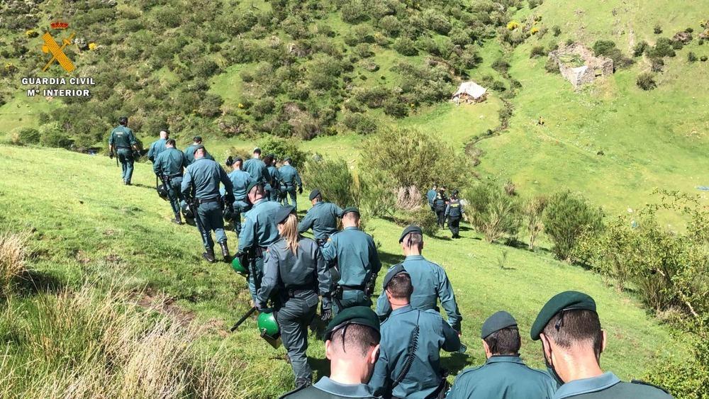 Imagen de la intervención de la Guardia Civil en la acampada ilegal.