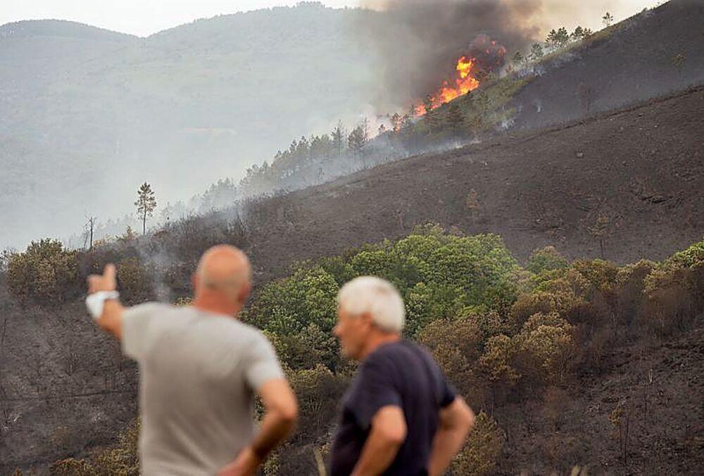 El Parque Natural Baixa Limia Serra do Xurés, en Orense, ha sido pasto de las llamas desde el viernes, cuando se declaró un fuego en la zona.