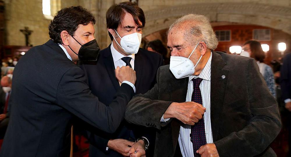 El expresidente socialista Demetrio Madrid (d) saluda a los consejeros Fernández Carriedo y Juan Carlos Suárez-Quiñones.
