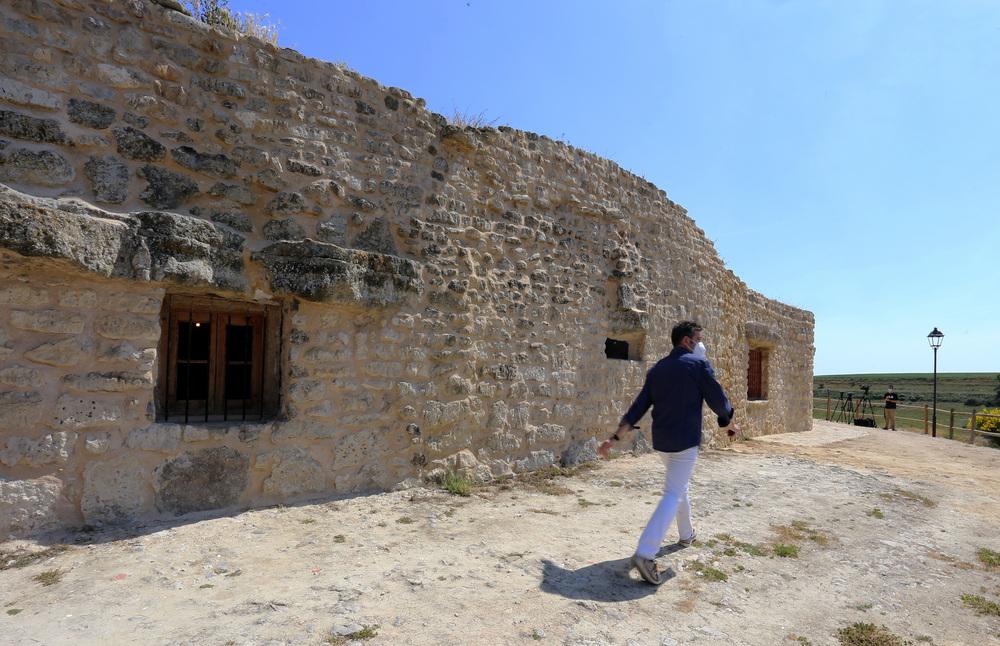 El secretario general del PSCyL visita las casas-cueva de Trigueros del Valle (Valladolid)