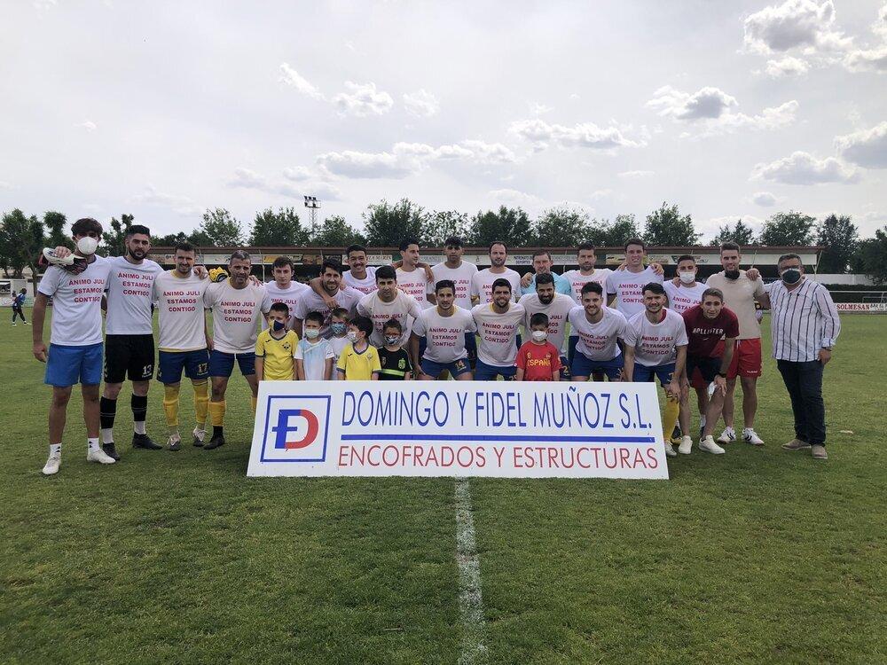 Los jugadores de La Solana mostraron una camiseta de ánimo al lesionado Juli.