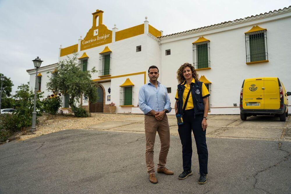 Jorge Delgado (i), empresario, utiliza Correos Cash para sus servicios financieros más básicos.