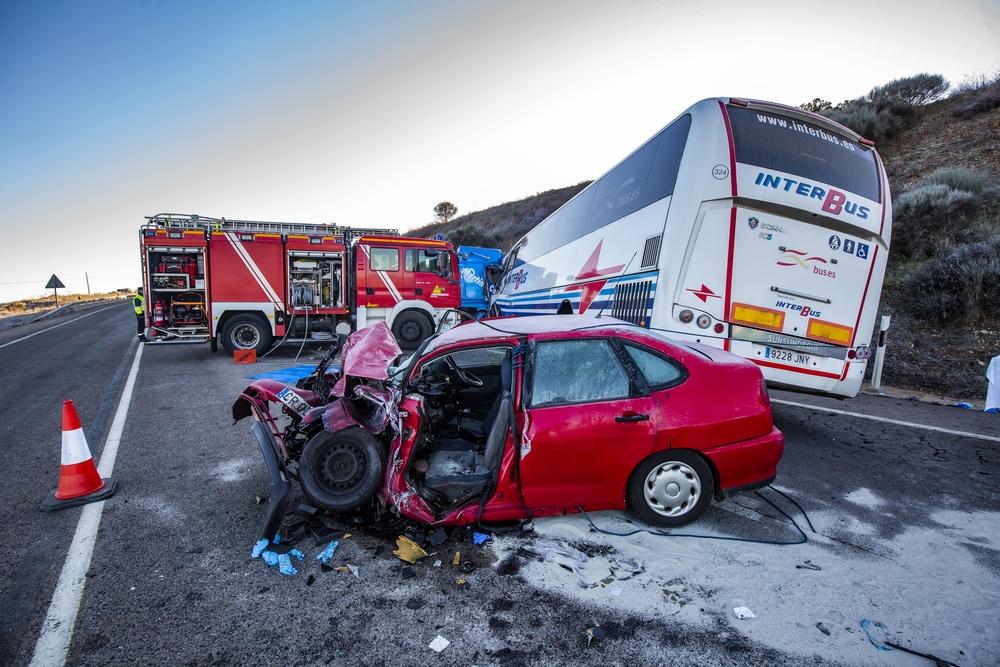accidente de tráfico entre un autobús conttra una grua y un coche en la N 430, nacional 430 carrtera de Piedrabuena a 3 kilometros del pueblo por el hielo, bomberos, guardia civil, ambulancia, emergencia, accidente de tráfico con 16 heridos, en la N-43