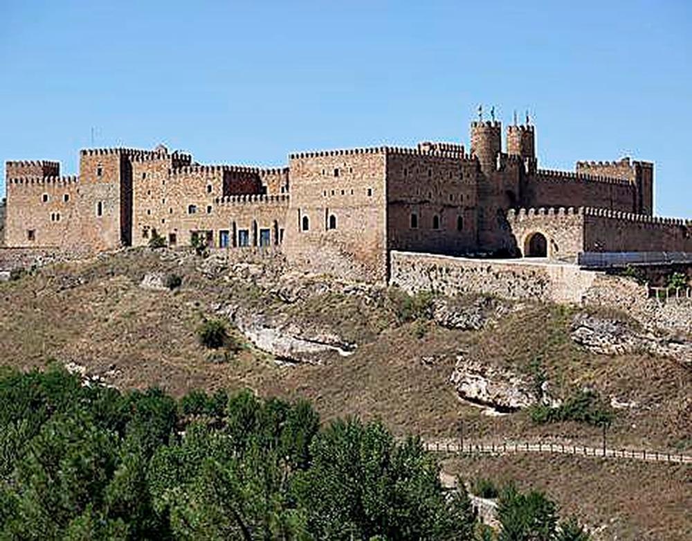 El castillo de Sigüenza lo vio solitario y abandonado.