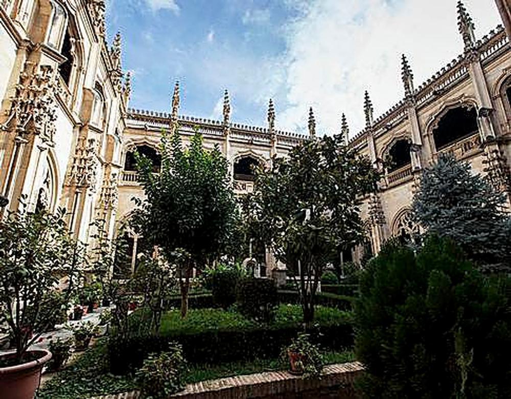 A Pardo Bazán le gustaba más el claustro de San Juan de los Reyes cuando estaba en ruinas, que con la restauración.