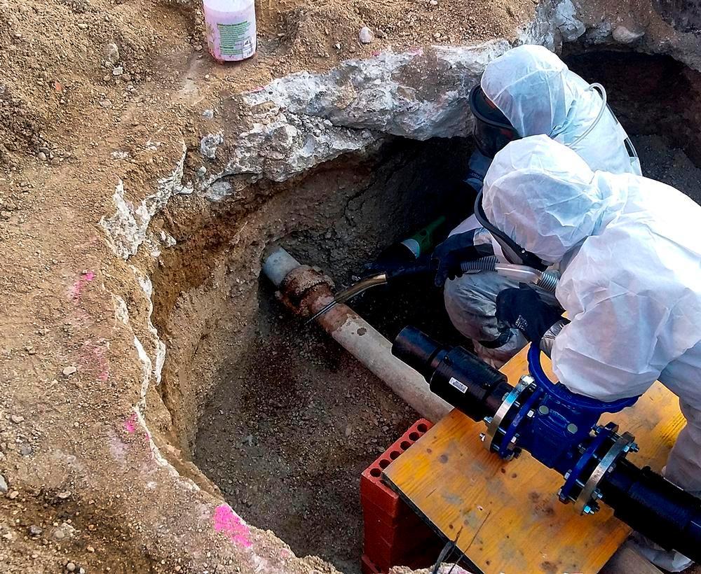 La retirada de tuberías de fibrocemento, material que contiene amianto, suele ser el trabajo más arriesgado por las fibras de este mineral que se desprenden al seccionarlas.