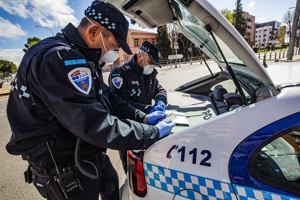 Dos agentes de la Policía Local levantan acta de una infracción. Foto de archivo