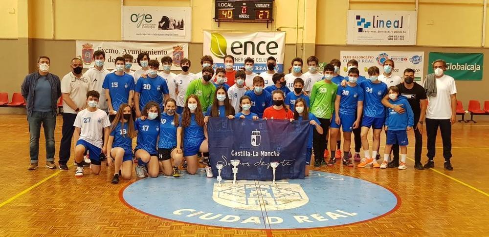 Finalistas de la categoría cadete masculina, con el equipo femenino cadete, que fue tercero, todos ellos de Prado Marianistas.