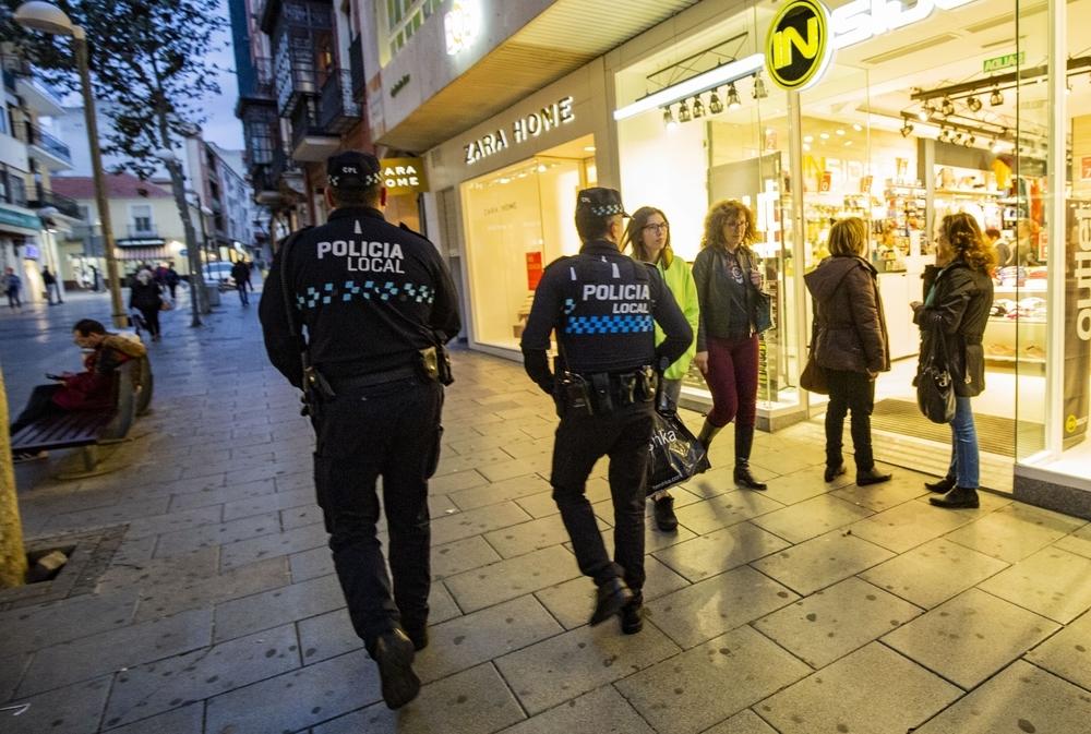 Agentes de la Policía Local, de patrulla por el centro para prevenir delitos y la expansión del coronavirus
