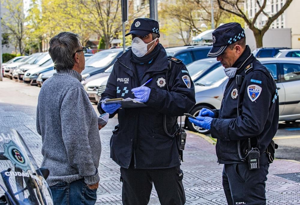 Dos oficiales de la Policía Local durante una actuación policial.