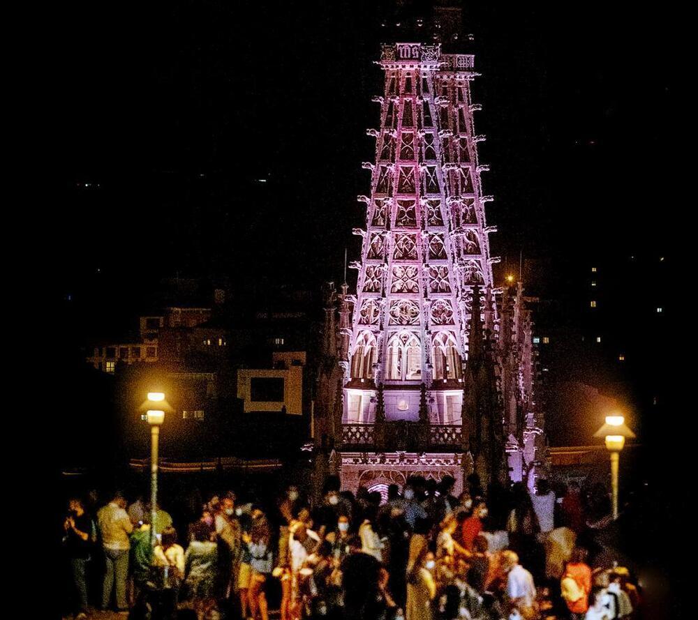 La iluminación resalta algunos de los elementos arquitectónicos más importantes del templo catedralicio.