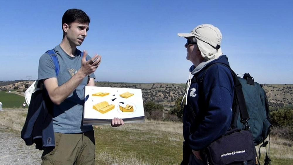 Gonzalo Lozano nos explica la formación de las cárcavas, en un recorrido guiado.