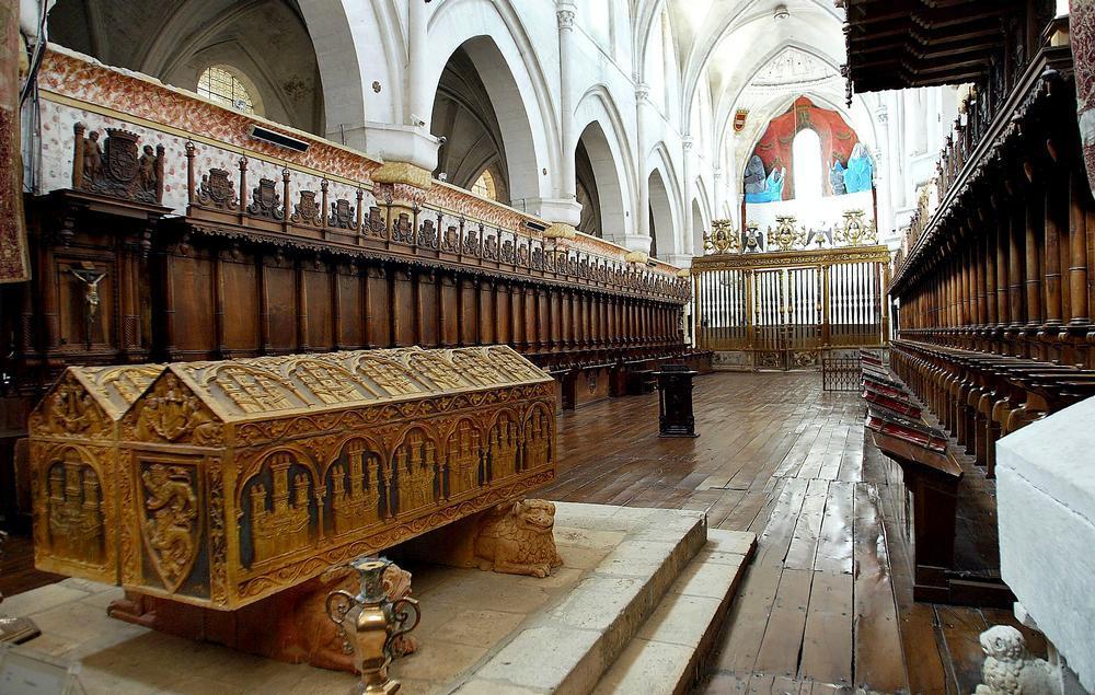 Coro de la nave central  del Monasterio de Santa María la Real de Huelgas. En primer plano, sepulcros de Alfonso VIII y Leonor de Inglaterra.