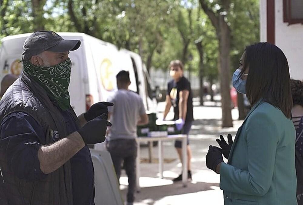 El cocinero José Andrés ayudando en las colas del hambre, durante la pandemia
