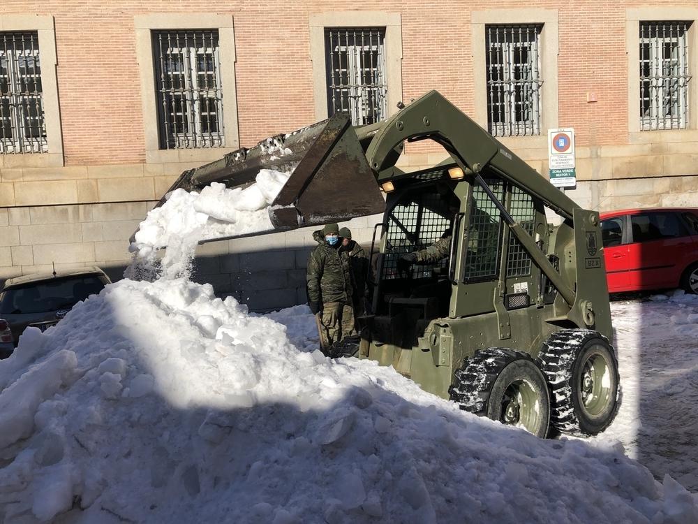 La unidad militar se ayudó de una restroexcavadora para quitar la nieve.