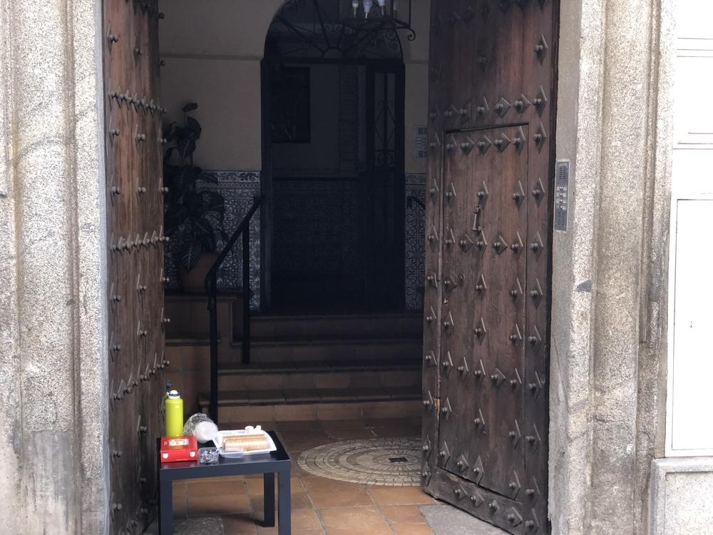 Café y galletas ofrecidas por los vecinos.