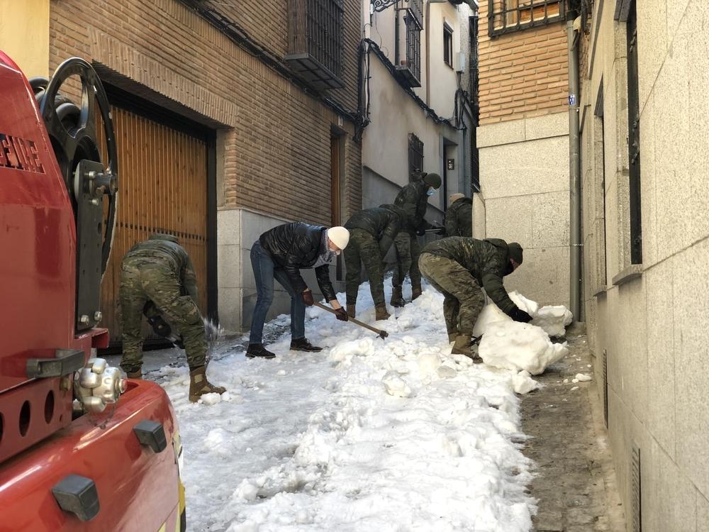 Los militares ayudaron a un vecino a despejar de hielo la Cuesta del Corchete.