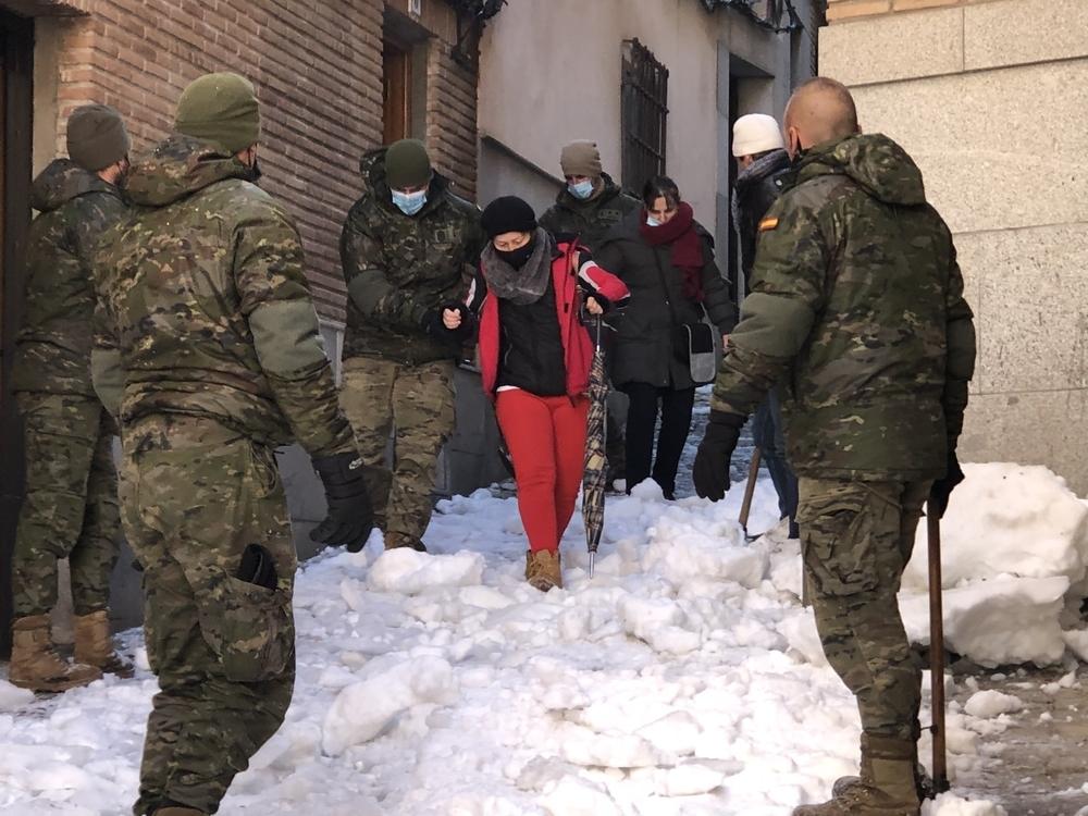 Los militares ayudaron a dos vecinas a bajar la cuesta del Corchete.