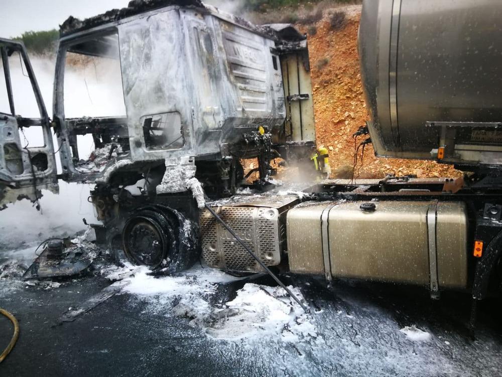 Imagen de cómo quedó la cabina del camión.