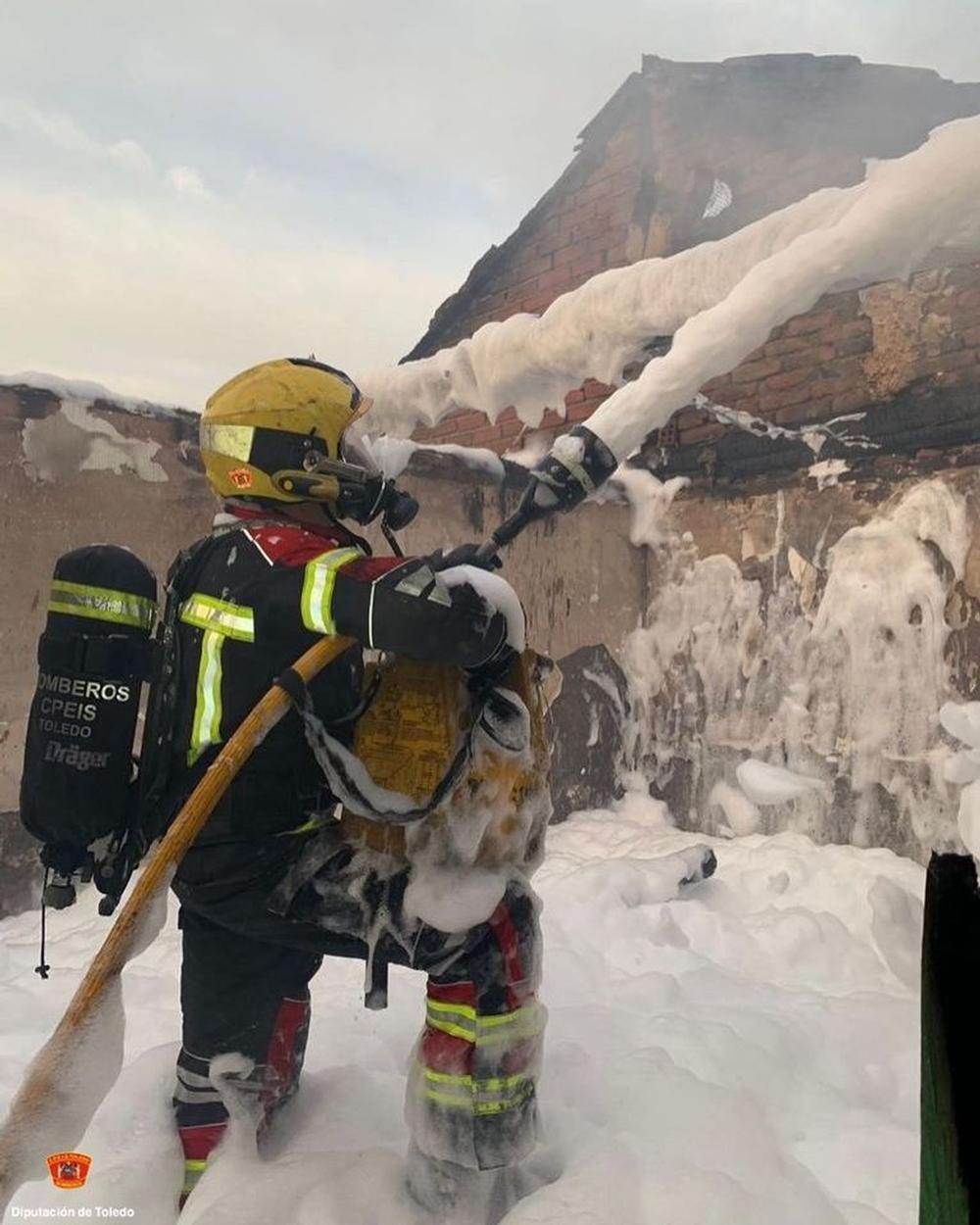 Colapsa una planta de un dúplex por un incendio