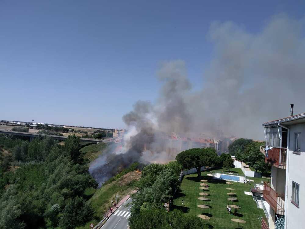 Incendio de interfaz urbana en Arévalo