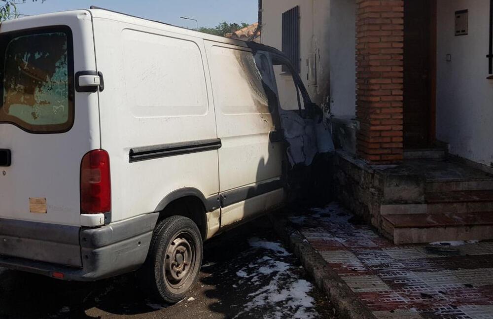 Arde una furgoneta en la calle Logroño de Puertollano
