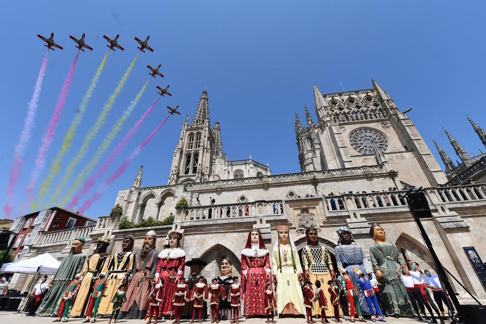 La Patrulla Águila dibuja la bandera de España sobre la Catedral.