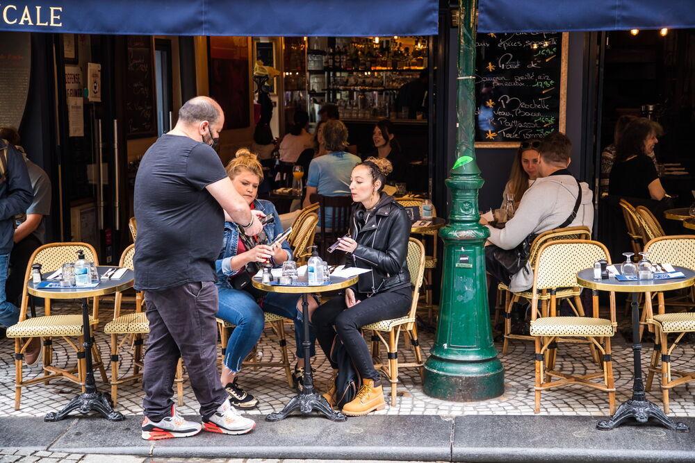 Resignación en Francia en el primer día con pase sanitario