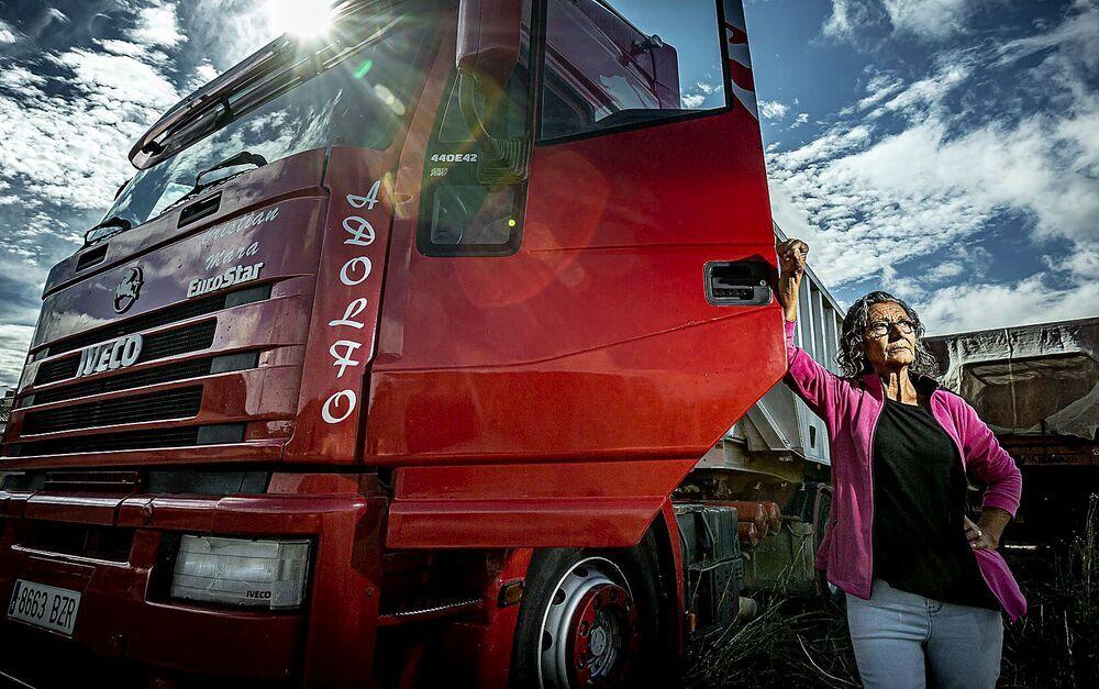 Saturnina Morales lleva casi 30 años subida en un camión.