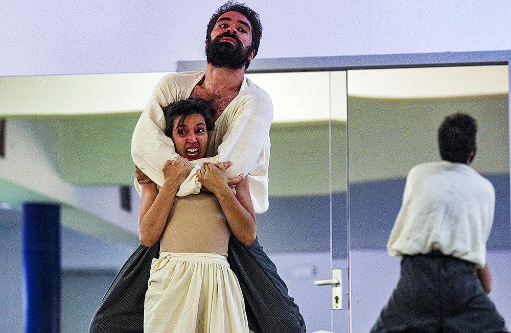 Carolina Lapausa, Francisca, y Manuel Moya, Jerónimo, en uno de los últimos ensayos de la obra.