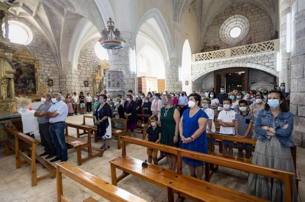 Los vecinos de Mazuela en la iglesia que quieren rehabilitar el día de San Esteban.