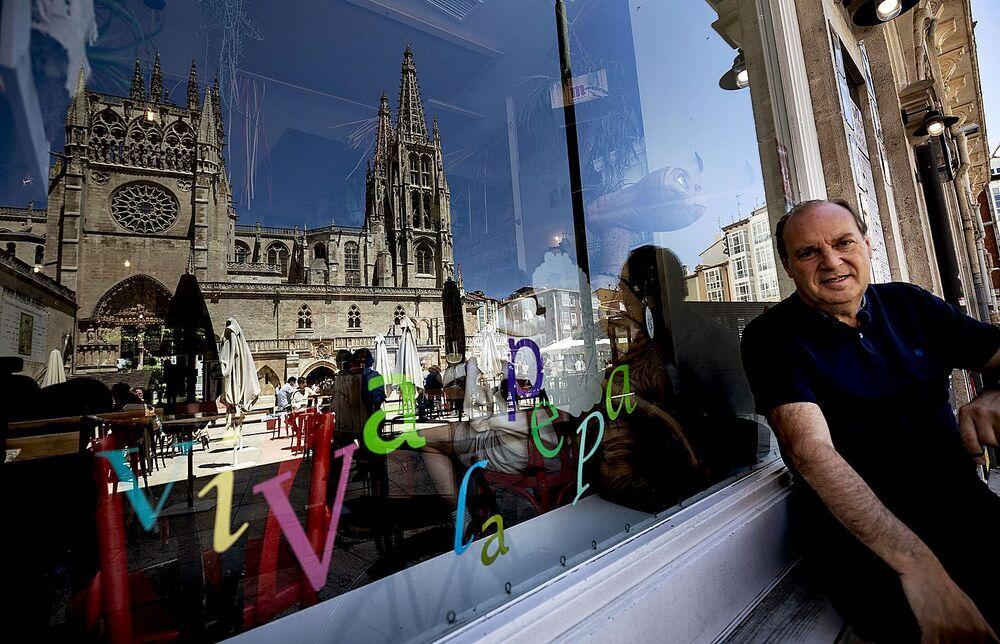 Juan Bolaños, junto a su local de la plaza del Rey San Fernando, desde donde tiene unas imponentes vistas de la joya gótica.