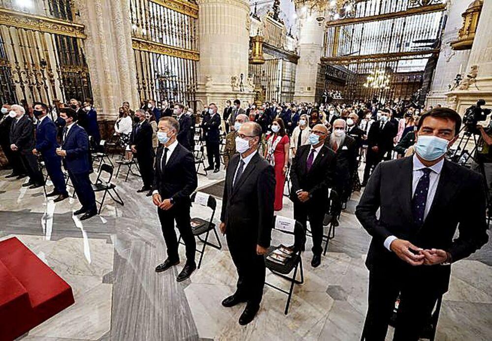 Las autoridades, encabezadas por Fernández Mañueco, en la misa.