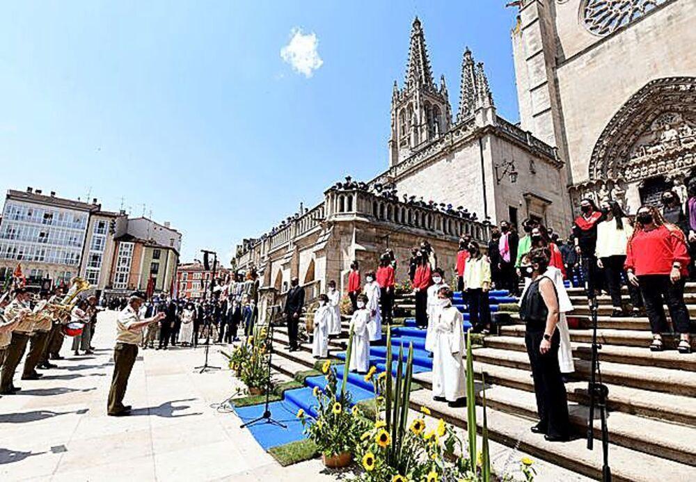 La Federación Coral y la Escolanía Pueri Cantores, durante el himno.