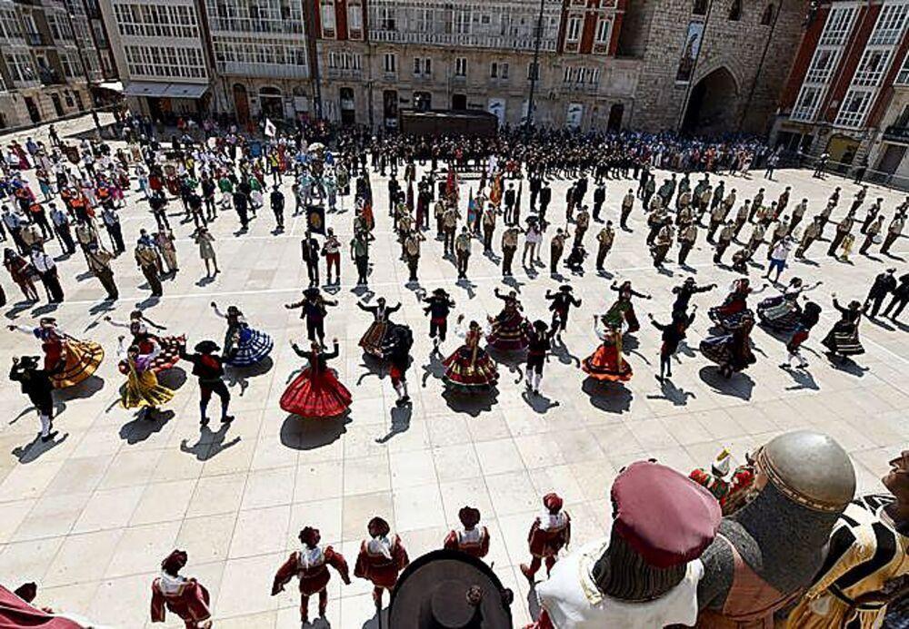 150 dulzaineros y danzantes interpretaron una jota burgalesa.