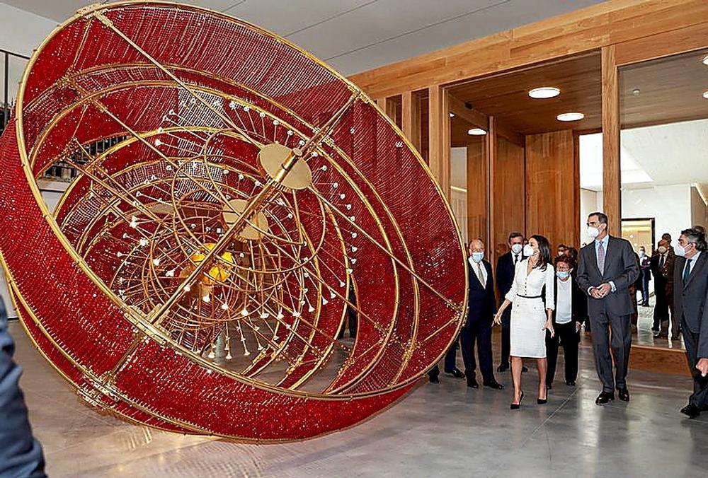 La lámpara del artista y activista chino Ai WeiWei 'Descending Light'.