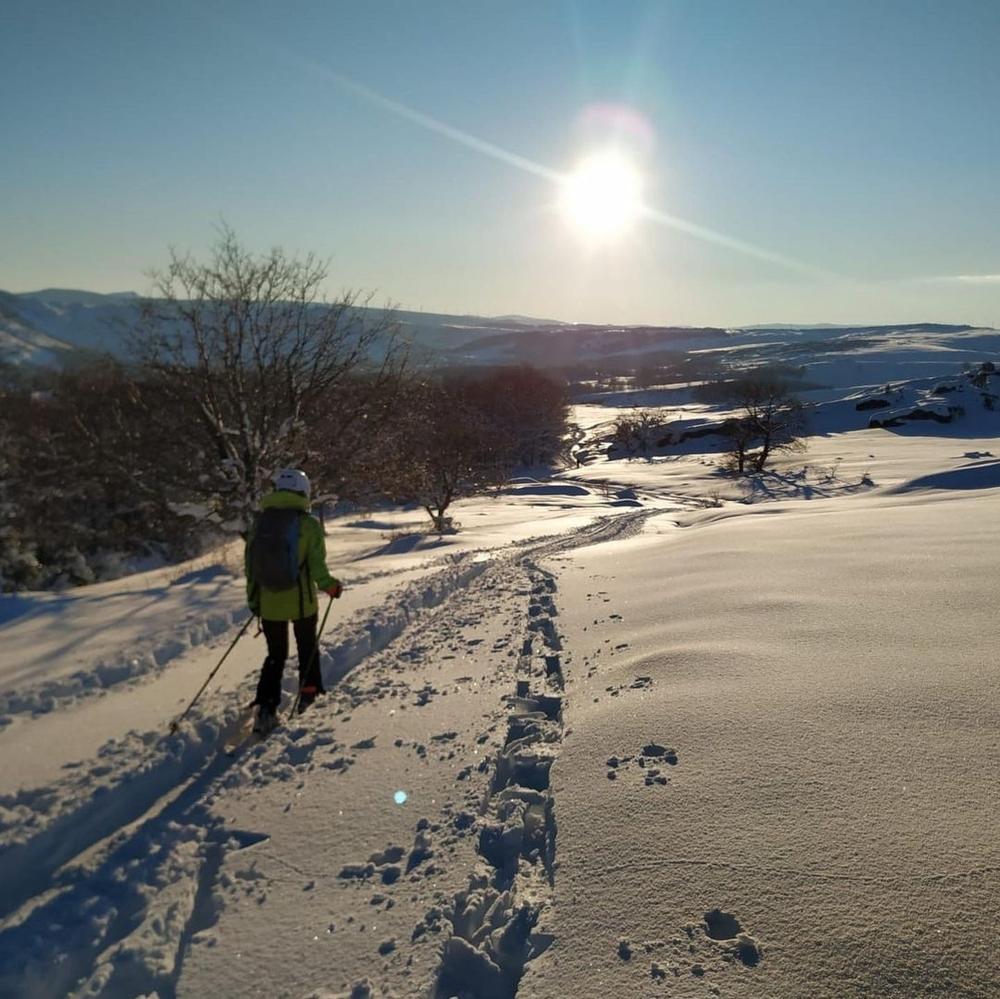 La marcha, con mucha nieve y luz.