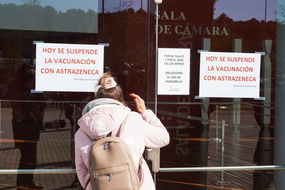 Acceso al Centro Cultural Miguel Delibes de Valladolid con los carteles sobre la paralización de la vacuna.