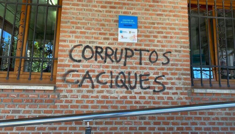 Pintadas «amenazantes» contra el alcalde de Saldaña