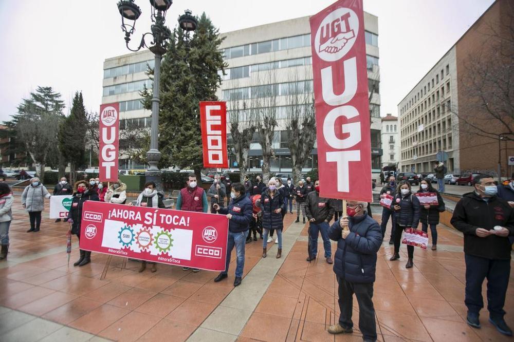 CCOO y UGT se manifiestan para pedir la subida del SMI
