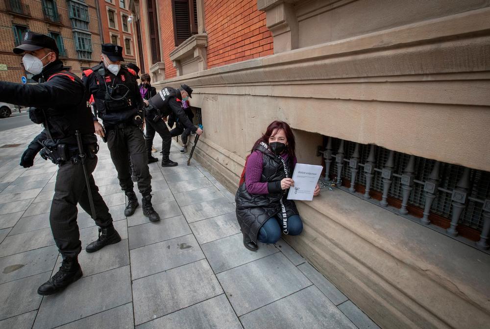 Una mujer detenida y varias encadenadas en el Parlamento