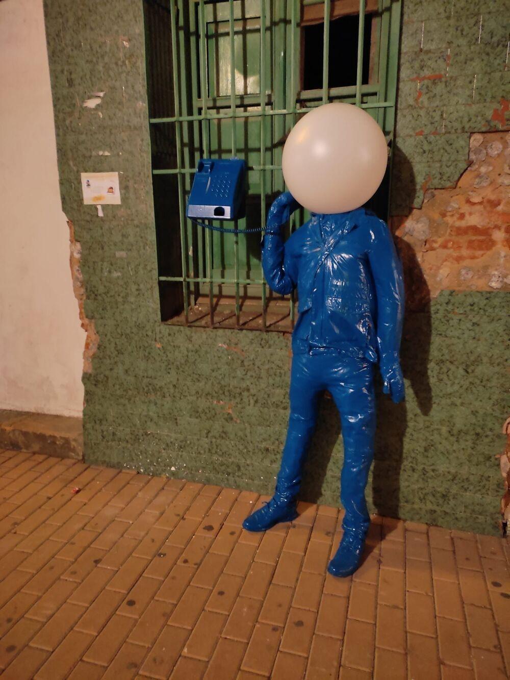 El arte que sale a buscarte es el título de la exposición de arte urbano de este artísta de Los Yébenes.